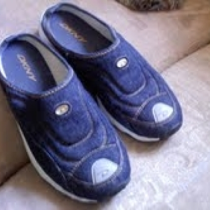LIKE NEW DKNY SLIP ON WALKING SHOES, SIZE 6 M FITS 6.5, JEANS, FREE SHIPPING